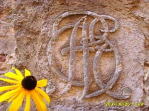 Buchstabenstein mit Sonnenhut